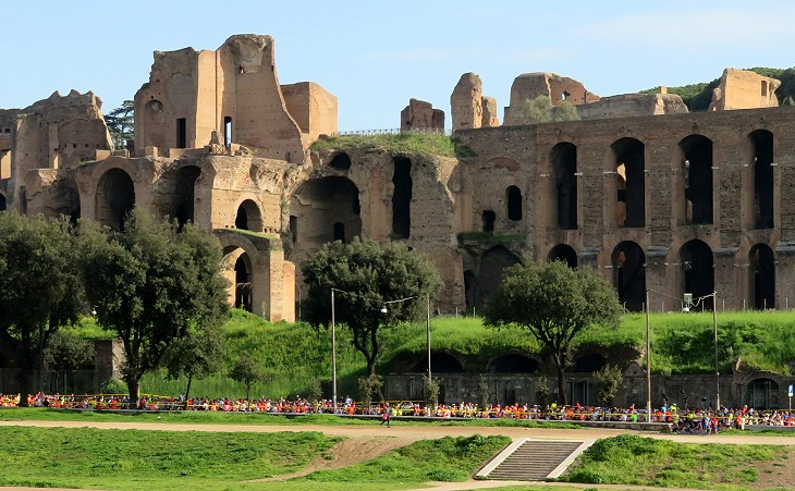 The runners at the foot of the Palatine