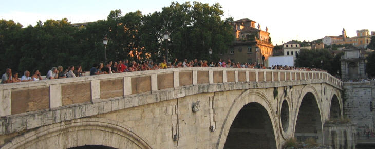 People waiting at Ponte Sisto